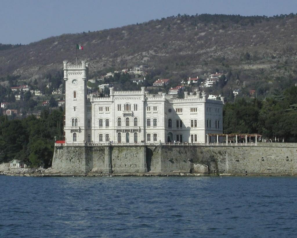 castello-miramare-mare